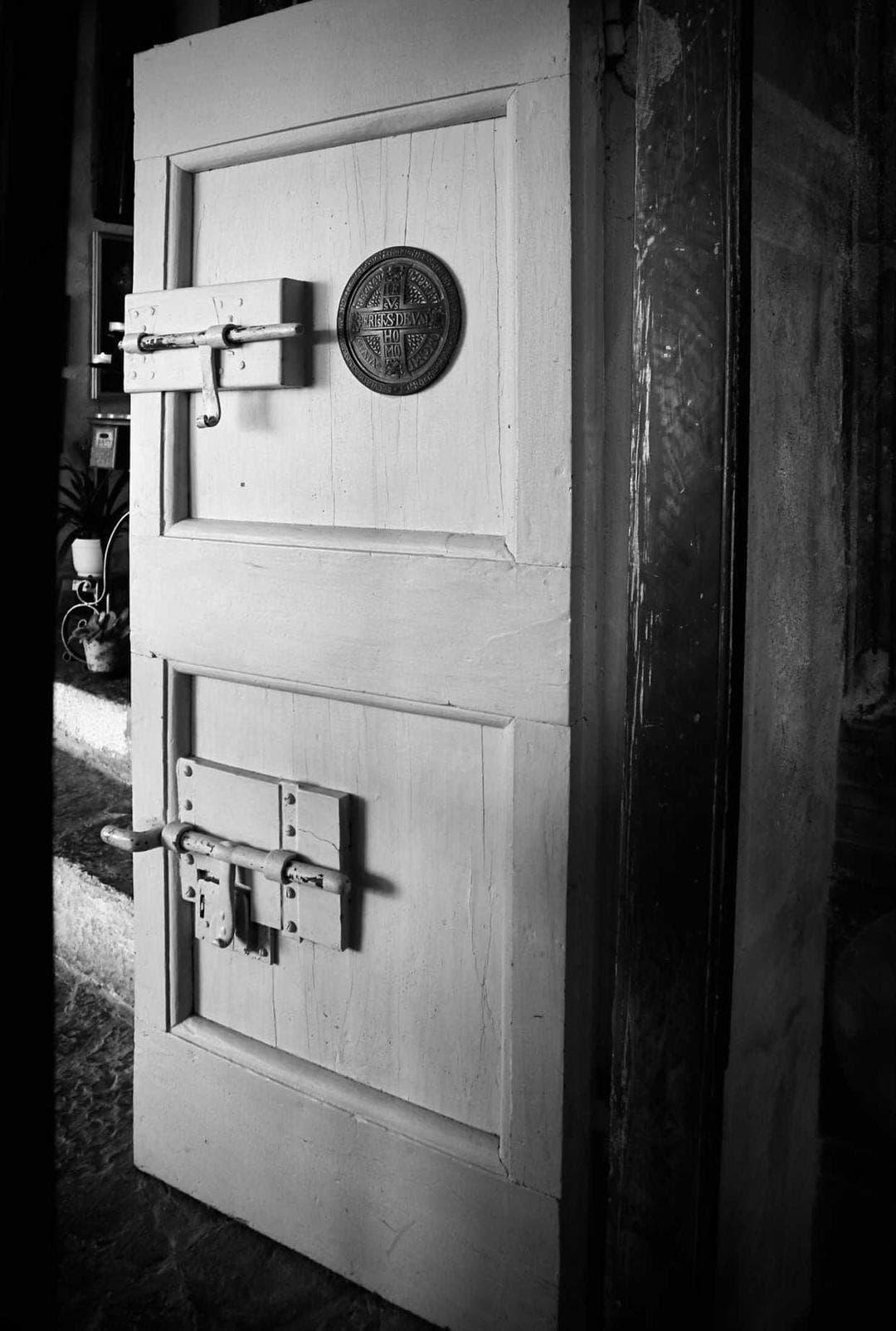 Dietro la porta di una stanza segreta.
